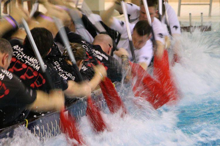 Das Wasser kocht... - Packendes Rennen beim Itzehoer Drachenboot Indoor-Cup