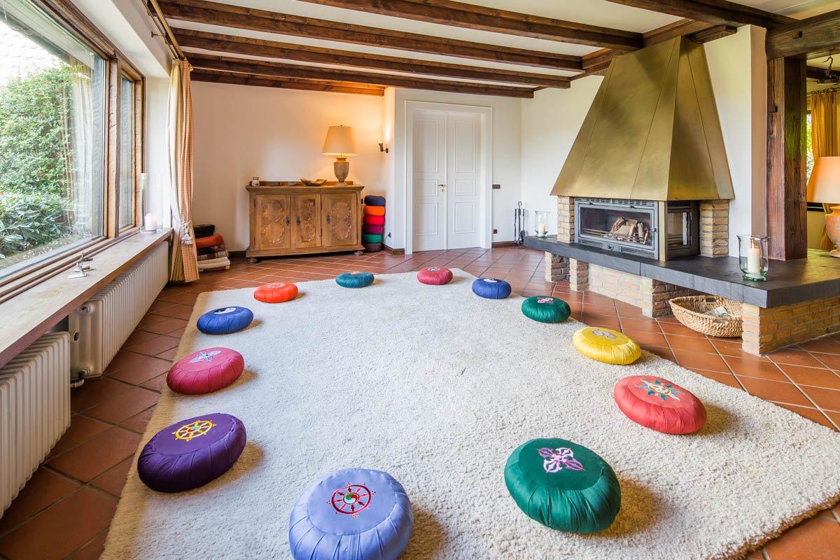 Meditationsraum mit Kamin