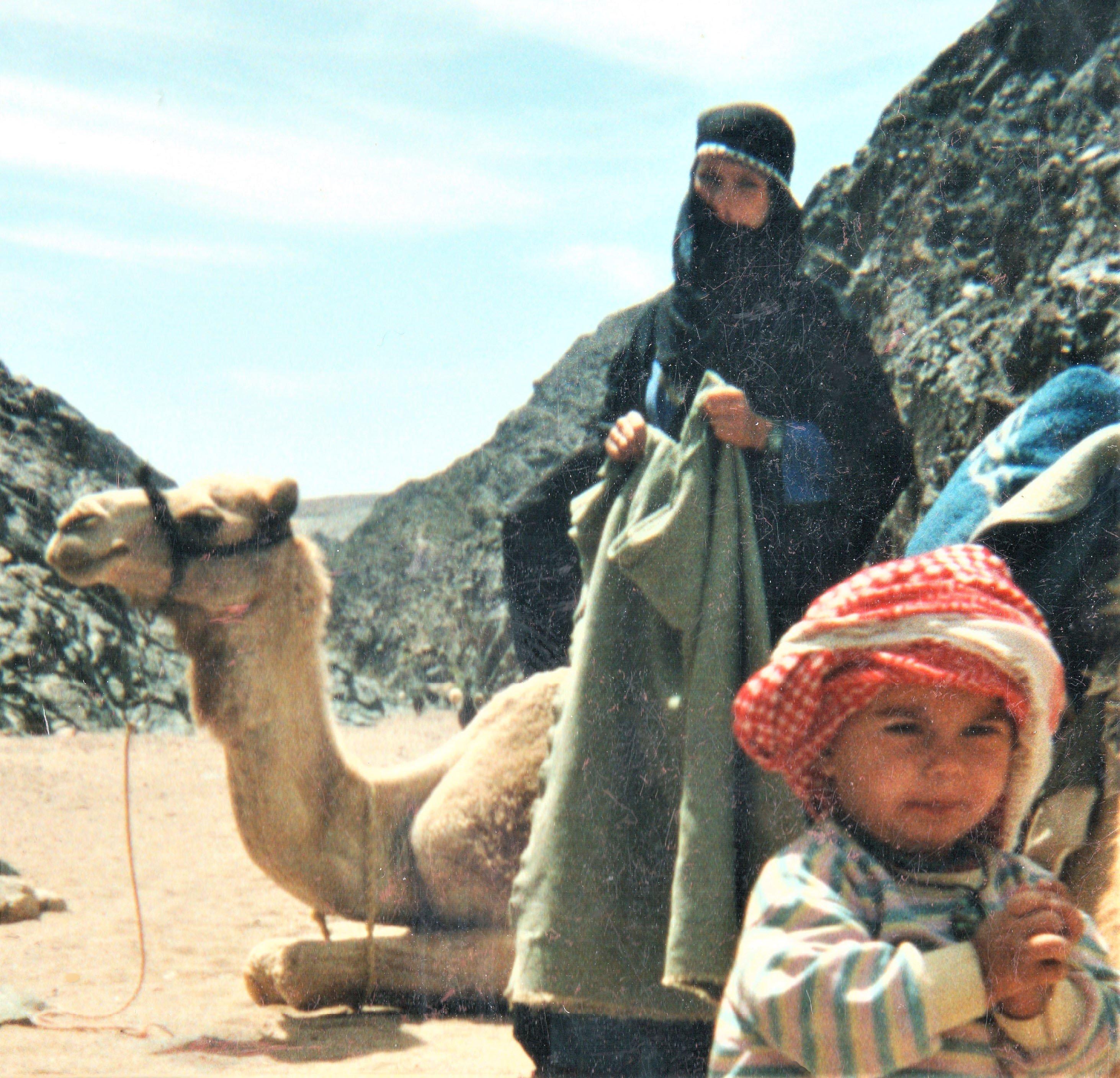 Simone Wiechern als Beduinin mit Kamel und Kind