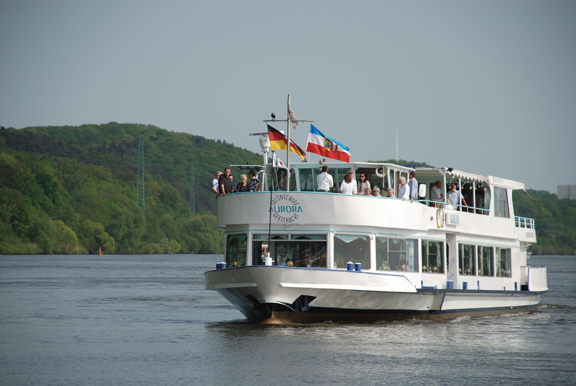 Salonschiff Aurora auf der Elbe