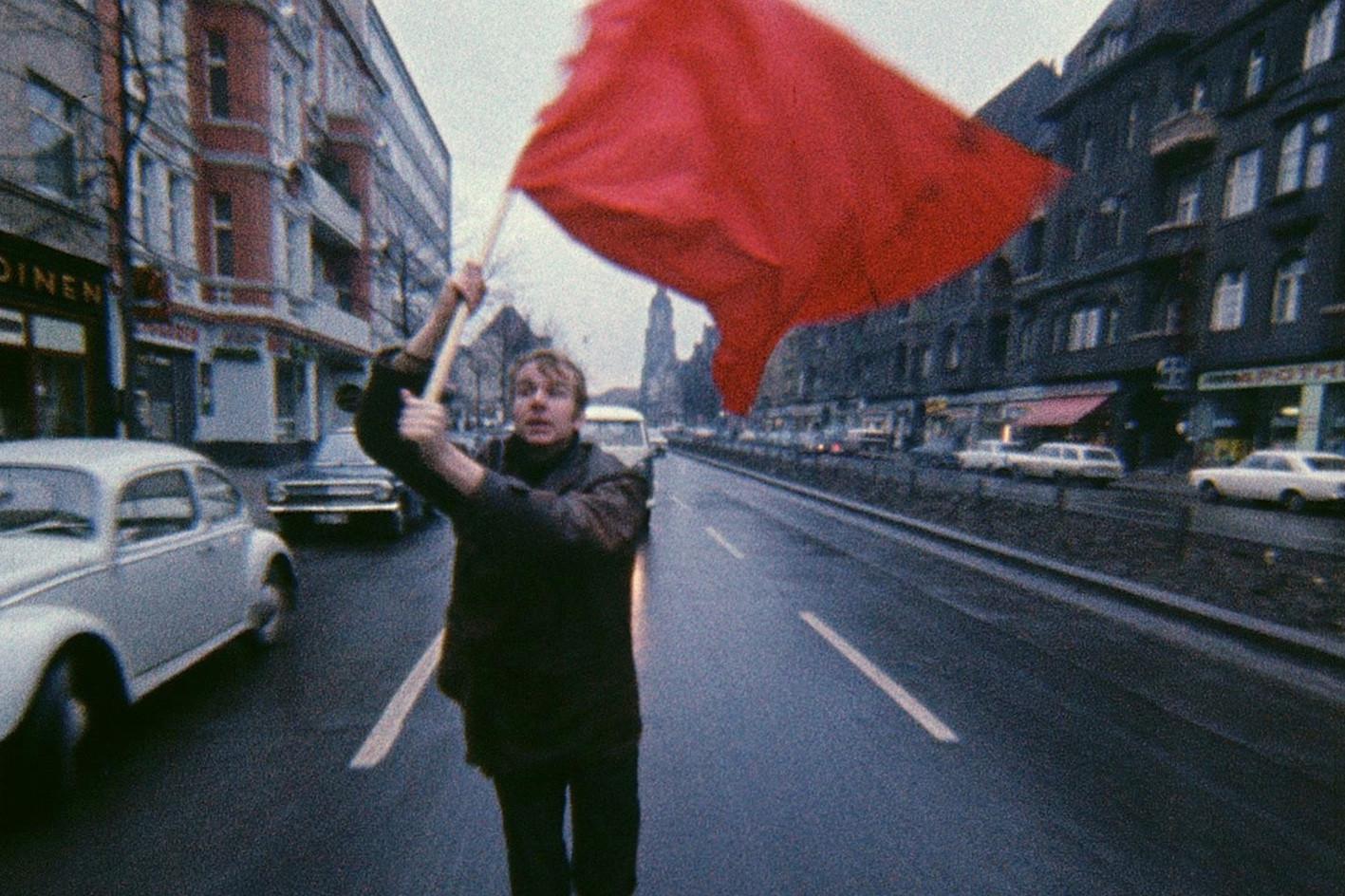 Gerd Conradt (*1941), Farbtest - Rote Fahne, 1968, Farbfilm, 16 mm, 12 Min. / Videostill