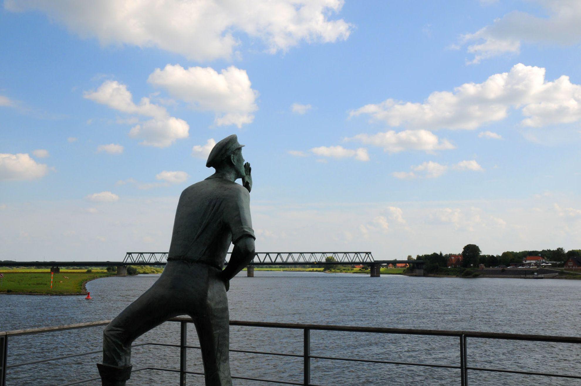 Der Rufer in Lauenburg/Elbe verkündet das Theaterstück JEDERMANN